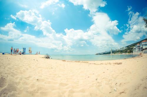 fort noks beach apartments公寓坐落在一个宁静的海湾,享有风景如画