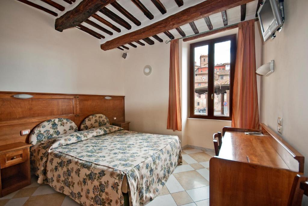 铝梅尔卡托酒店客房内的一张或多张床位