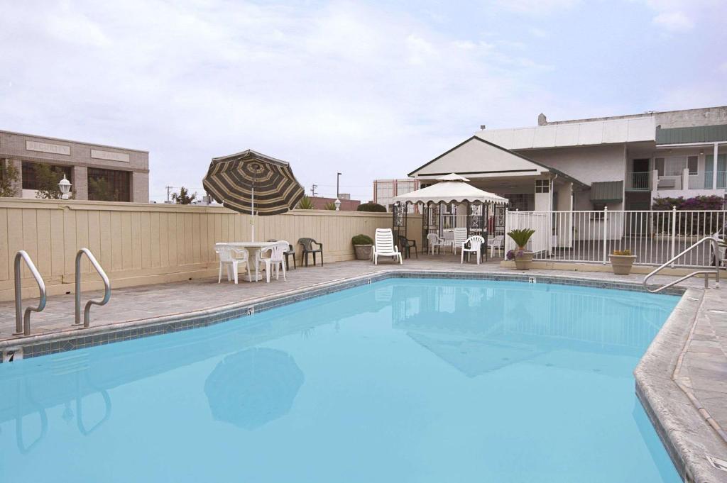 福来斯诺会议中心区温德姆旅程住宿内部或周边的泳池