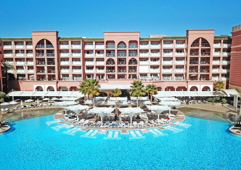 萨伏伊大酒店内部或周边的泳池