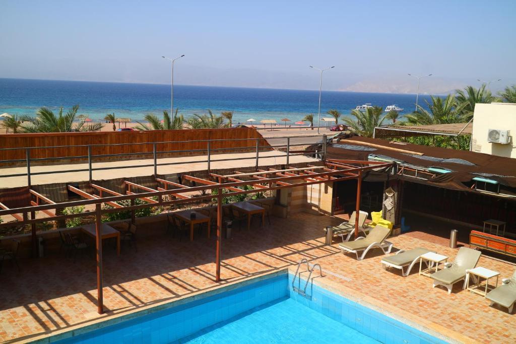 达纳潜水员村庄旅馆内部或周边泳池景观
