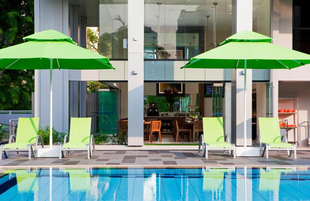 8 on Claymore Serviced Residences - By Royal Plaza on Scotts (SG Clean)内部或周边的泳池
