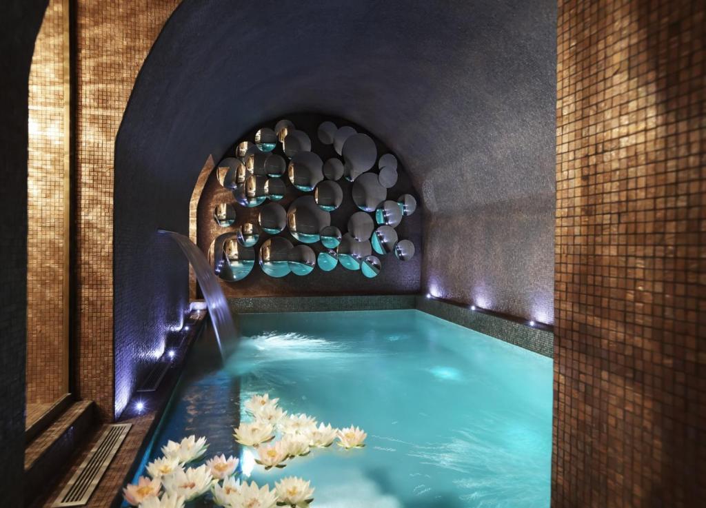 法瓦尔公馆酒店内部或周边的泳池