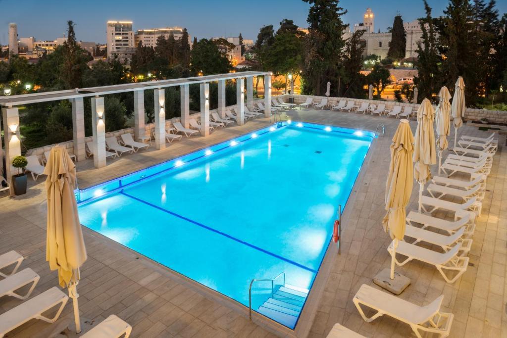 耶路撒冷莱昂纳多广场酒店内部或周边的泳池