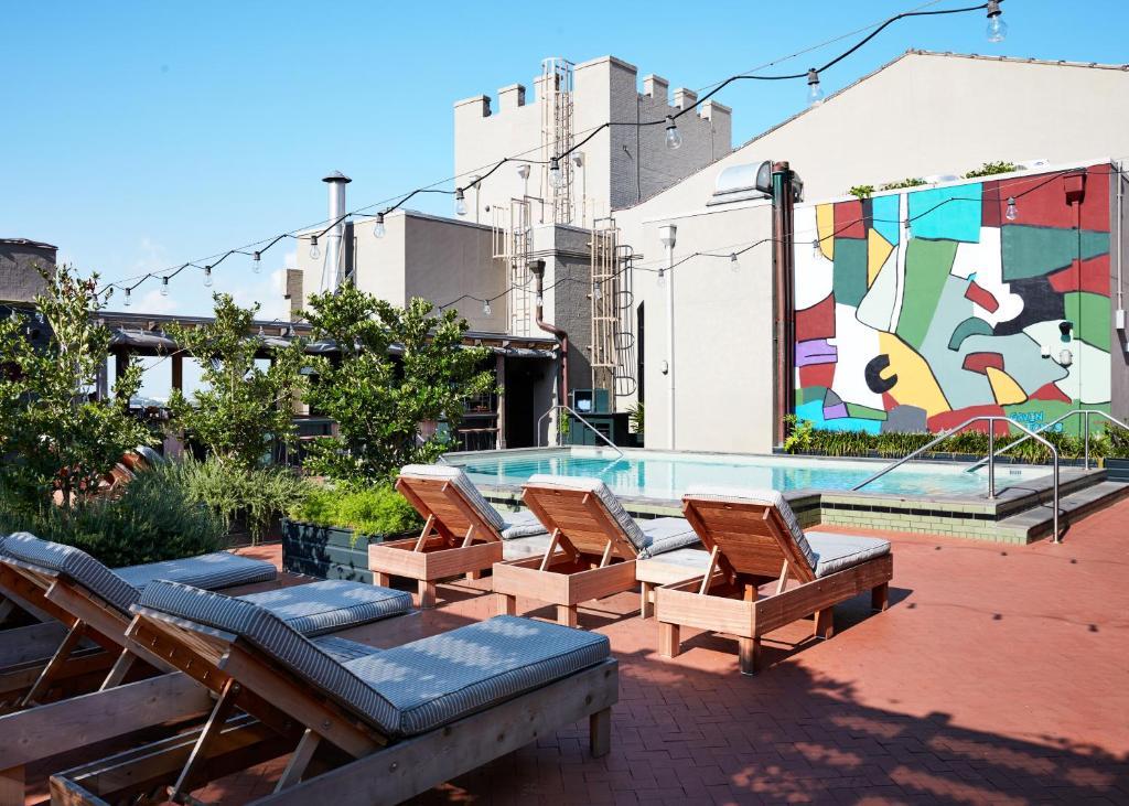 新奥尔良王牌酒店内部或周边的泳池