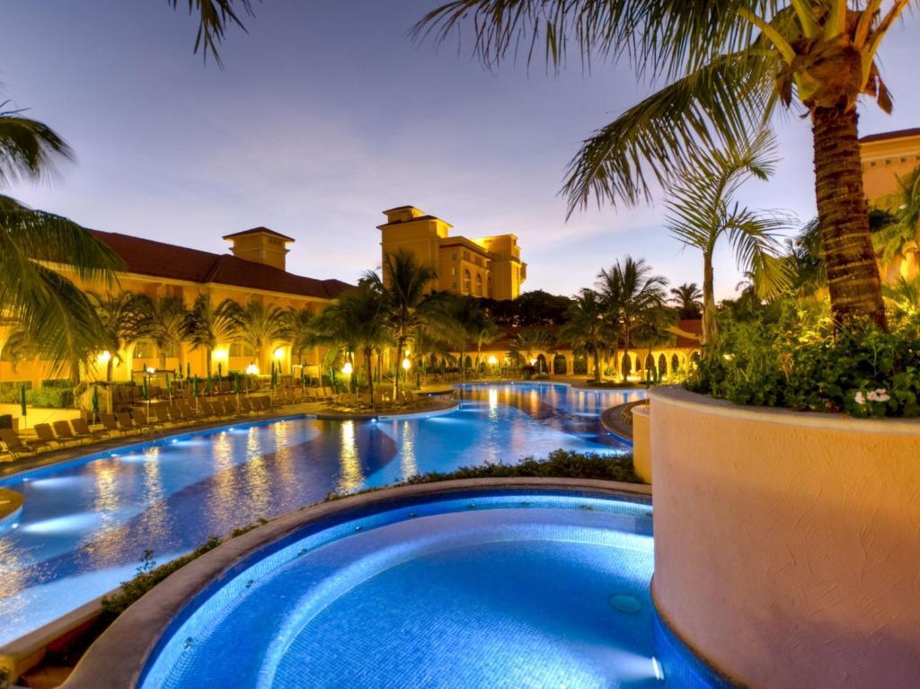 皇家棕榈广场度假酒店内部或周边的泳池