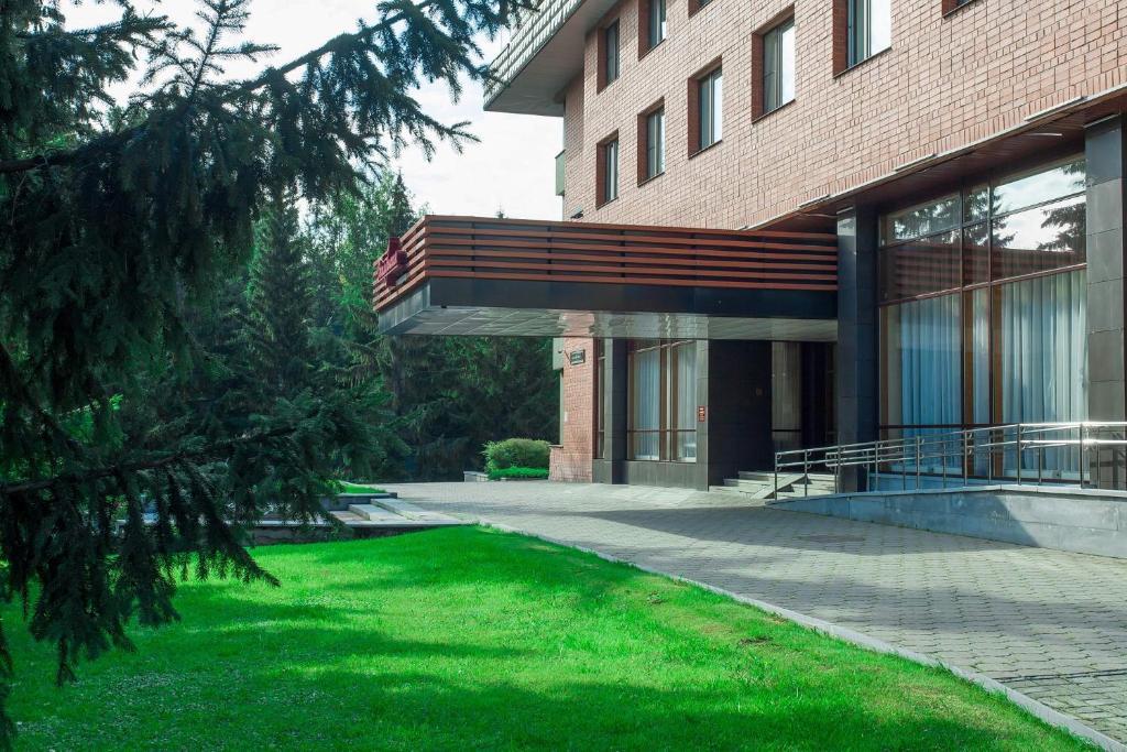 奥克亚布拉斯卡娅酒店内部或周边的泳池