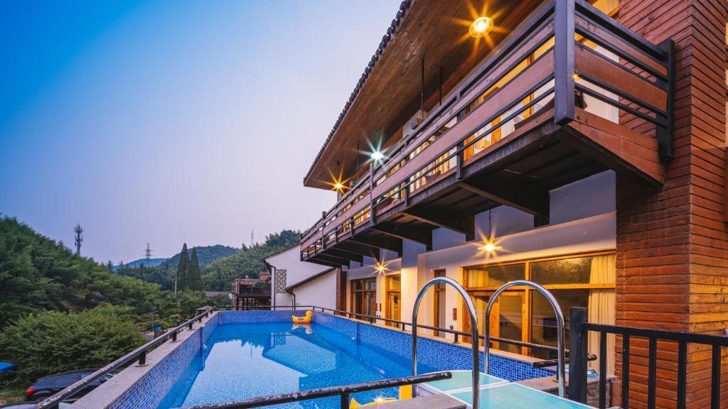 花筑·莫干山枫华山居内部或周边的泳池