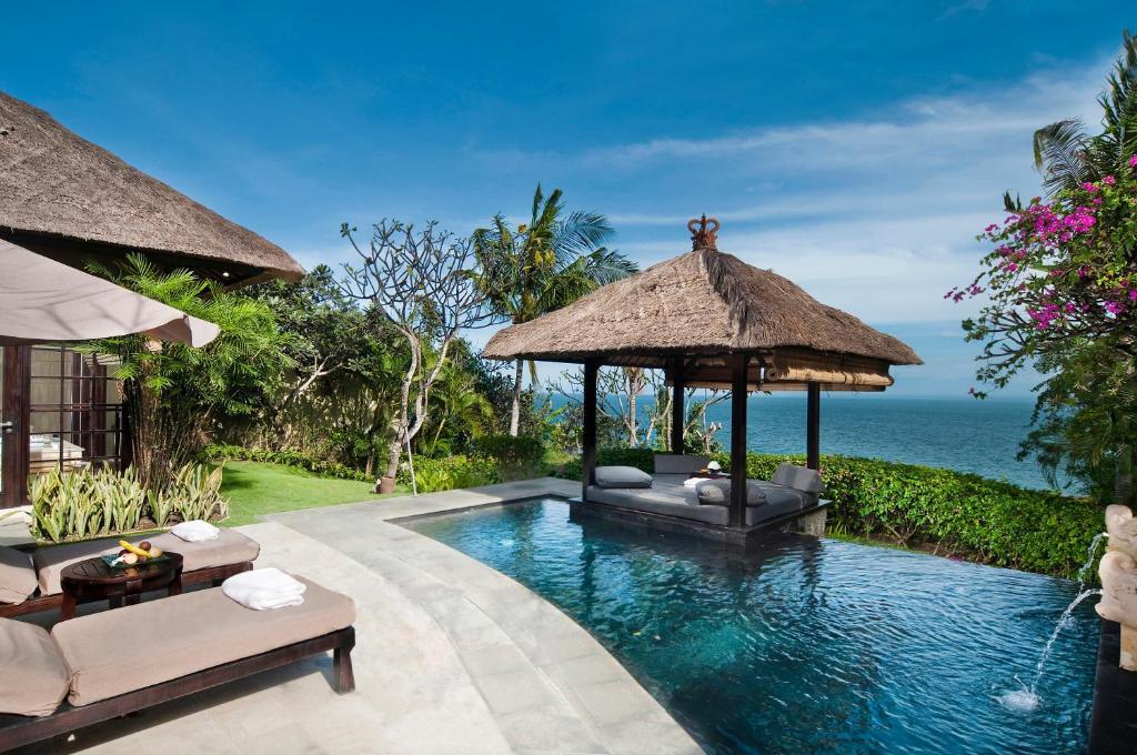 巴厘岛阿雅娜度假别墅内部或周边的泳池