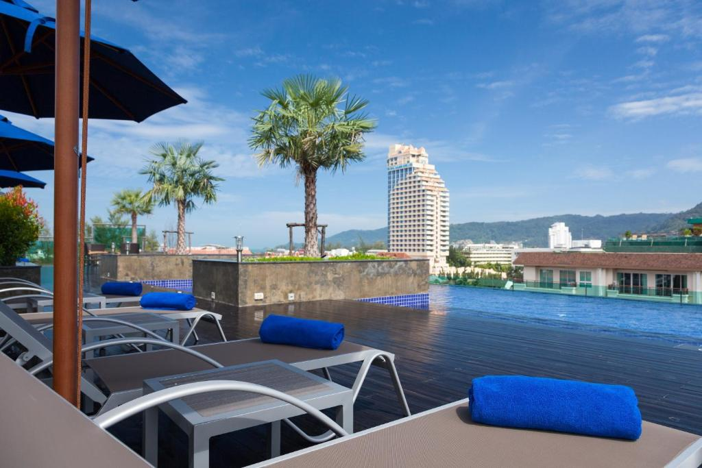 芭东海滩贝斯特韦斯特酒店内部或周边的泳池