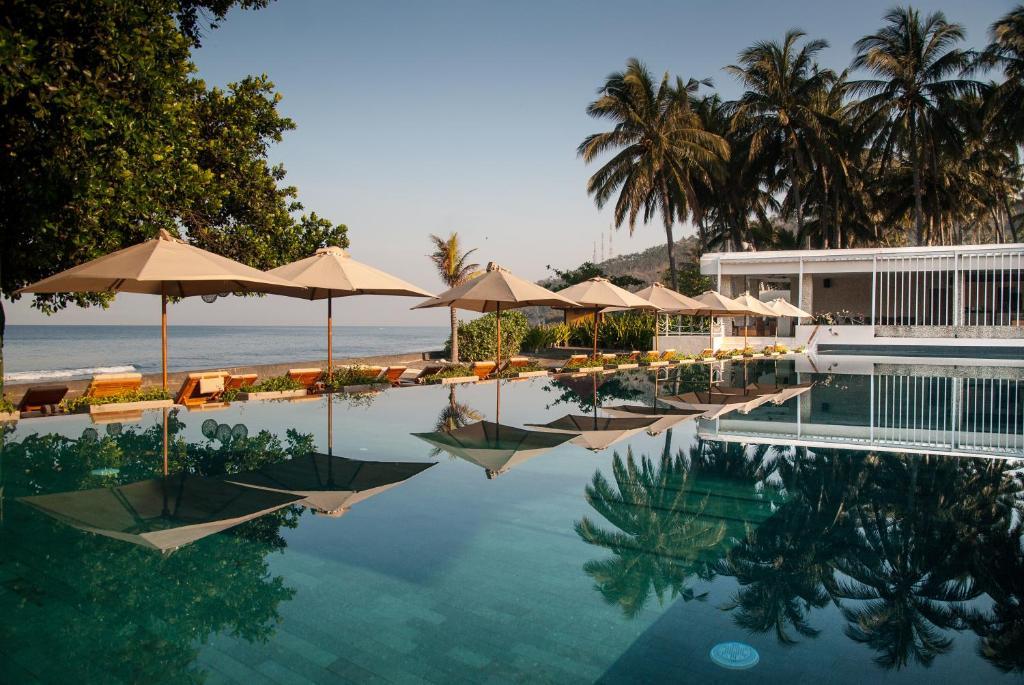 生活亚洲度假酒店内部或周边的泳池