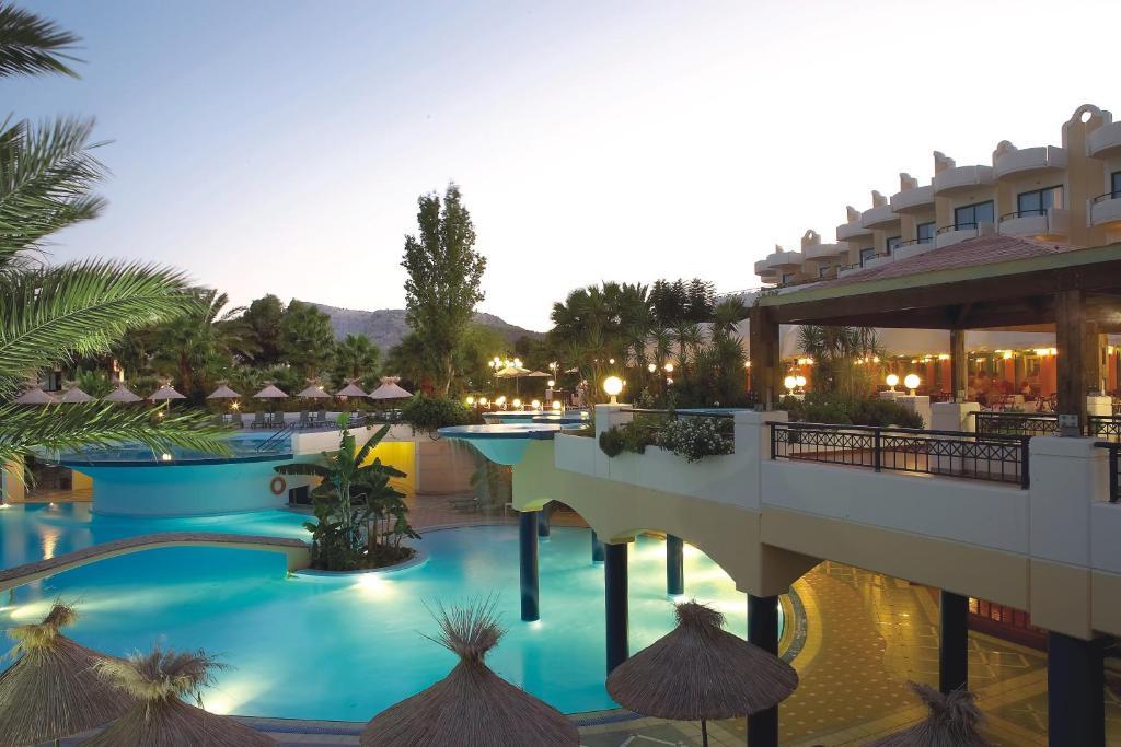 中庭宫殿水疗生活别墅度假酒店内部或周边的泳池