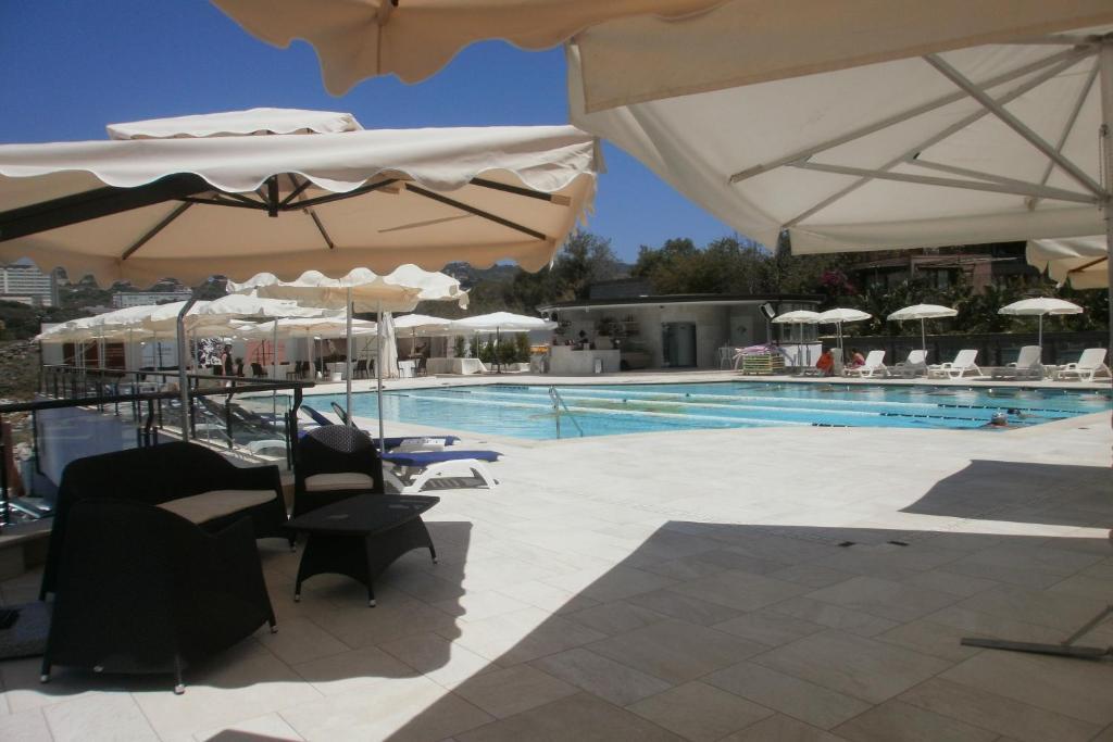 4号温泉度假酒店内部或周边的泳池