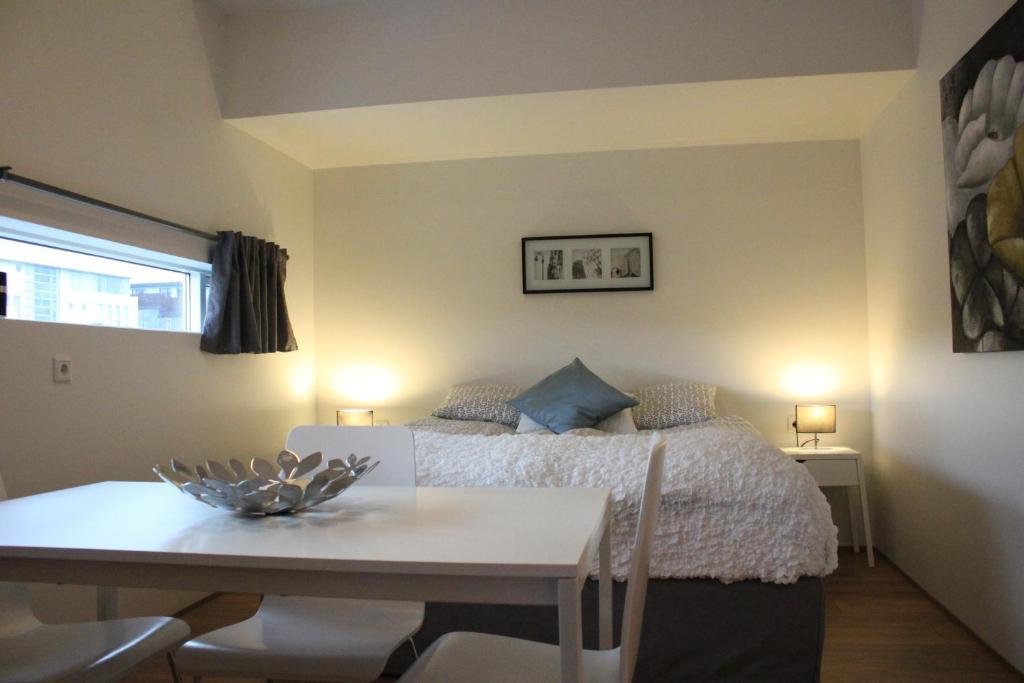 静谧舒适旅馆客房内的一张或多张床位