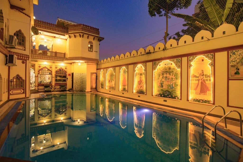 乌麦 - 传统风格酒店内部或周边的泳池