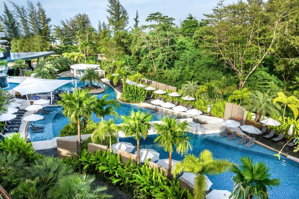 普吉岛卡伦海滩诺富特Spa和度假村内部或周边的泳池