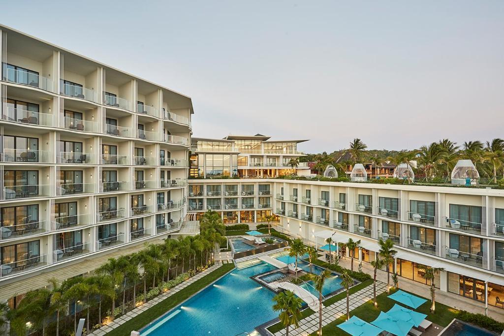 林德长滩岛酒店内部或周边泳池景观