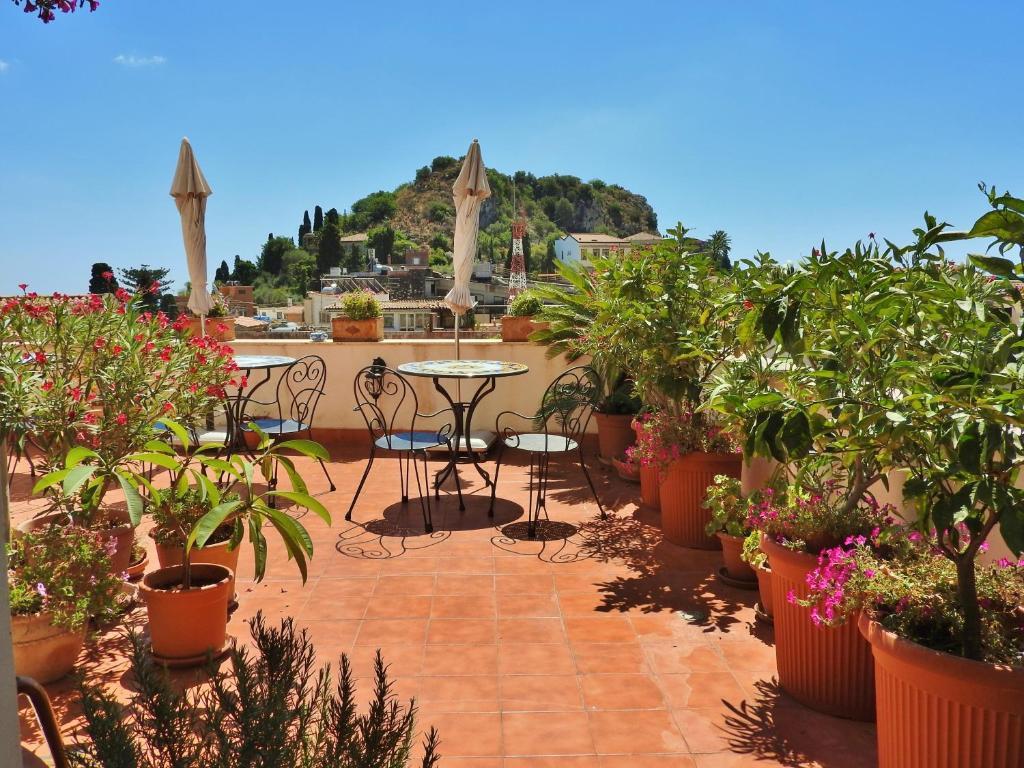 陶尔米纳天空住宿加早餐旅馆的庭院或其他户外区域