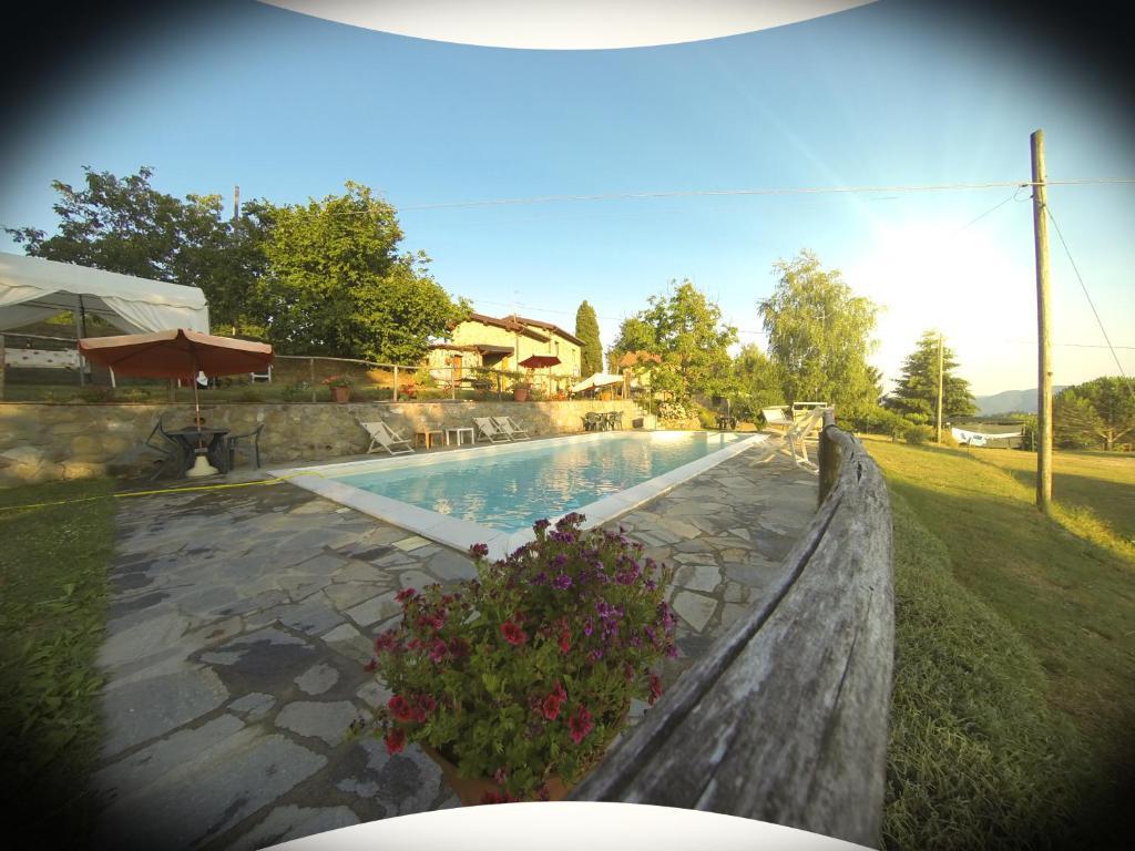 特吉利奥乡村民宿内部或周边的泳池