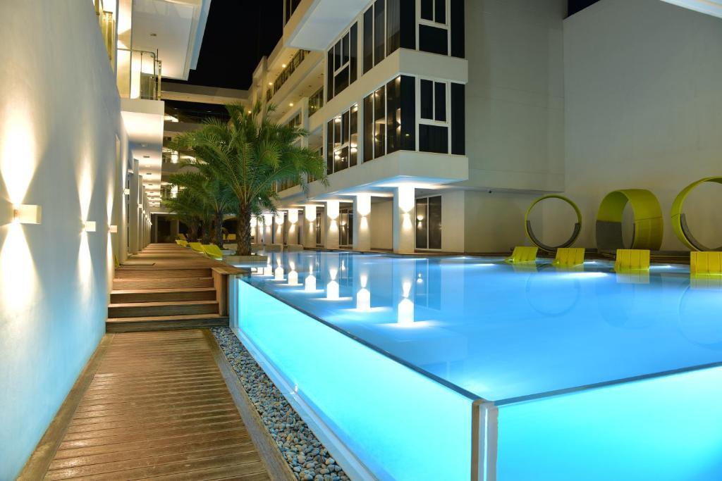 柯伦特阿斯托里亚酒店内部或周边的泳池