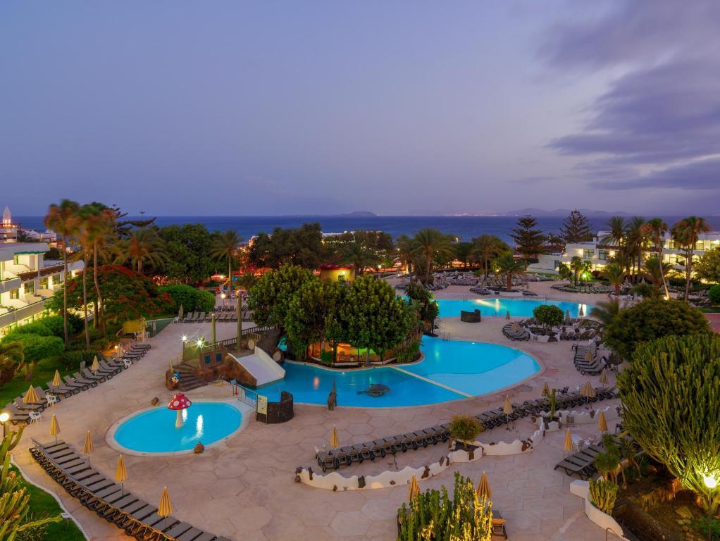 H10兰萨洛特公主酒店内部或周边泳池景观
