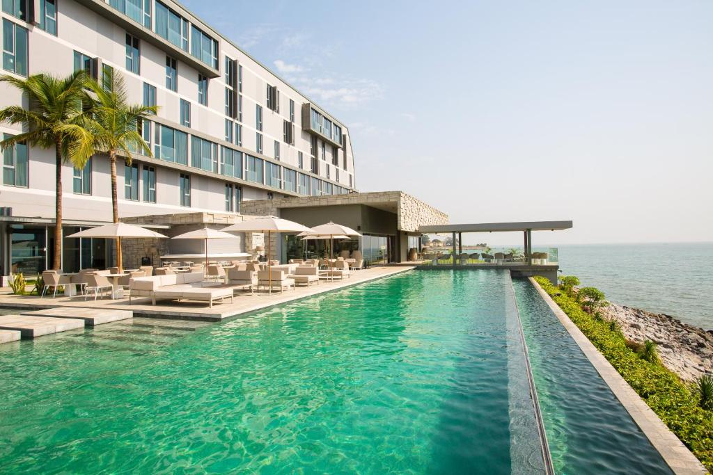 科纳克里努姆酒店内部或周边的泳池