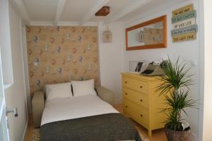 木阁楼公寓客房内的一张或多张床位