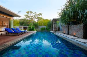 卡拉尼亚体验旗下维尼拉别墅内部或周边的泳池