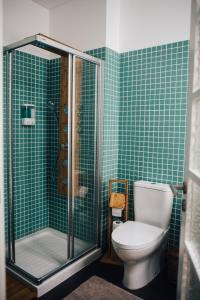 木阁楼公寓的一间浴室