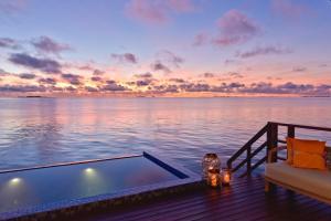 Grand Park Kodhipparu, Maldives with 15% off on Transfers内部或周边的泳池