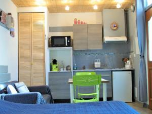 Studio RIGA的厨房或小厨房