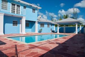 The Blue Mansion Bahamas内部或周边的泳池