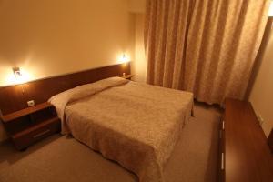 马利纳公寓酒店客房内的一张或多张床位