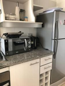 Departamento Costa Mansa, vista al mar的厨房或小厨房