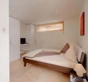 梅里克高级公寓客房内的一张或多张床位