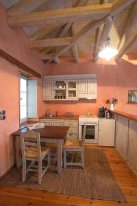 艺术家之屋酒店的厨房或小厨房