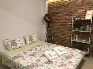 Clean & Comfortable Apartment客房内的一张或多张床位