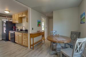 West Bremerton Cozy Home的厨房或小厨房