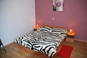 月神公寓客房内的一张或多张床位