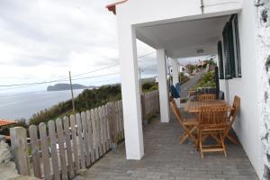 Casinha de Muda da Feteira的阳台或露台