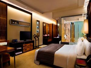 The Fullerton Bay Hotel Singapore (SG Clean, Staycation Approved)的电视和/或娱乐中心