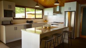 普卡基湖畔度假屋的厨房或小厨房