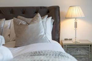 Luxury 4 bed Townhouse in Prestigious West End客房内的一张或多张床位