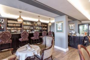 Romney Park Luxury Apartments餐厅或其他用餐的地方
