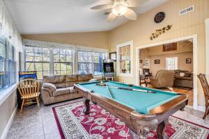 Mansion In The Smokies: Views, Basketball, Minigolf, Firepit Estate内的一张台球桌