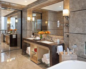 深圳四季酒店的一间浴室