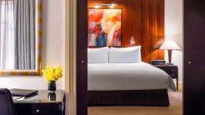 纽约索菲特酒店客房内的一张或多张床位