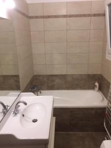 朱莉公寓的一间浴室