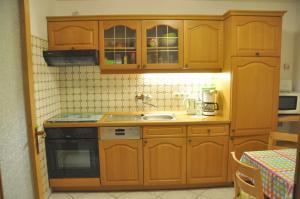 Ferienwohnung Blaumeise的厨房或小厨房