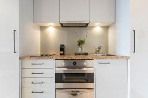 Avani Metropolis Auckland Residences的厨房或小厨房